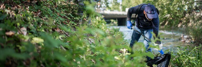 AXA Mitarbeitende befreien das Sihlufer von Abfall.