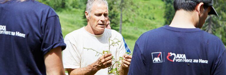 Martin Kreiliger vom Bergwaldprojekt führt wichtige Fakten vor.