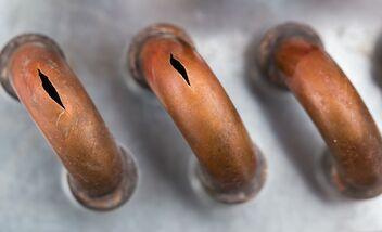 Sur trois conduites en cuivre, deux présentent des fissures.