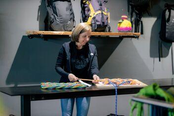 Isa Schindler fabrique des paillassons à partir de vieilles cordes d'escalade.