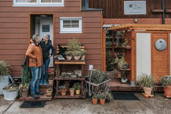 Sandro and Conny Huber in front of their Tiny House in Affeltrangen (Thurgau), surrounded by their plants.