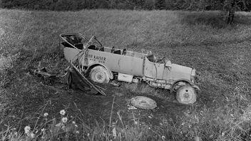 Accident de voiture documenté en noir et blanc